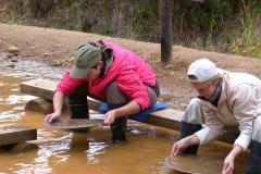 Petra und Seija beim Gold waschen