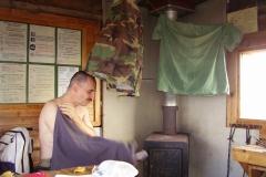 Kleider trocknen in der Schutzhütte by Seija