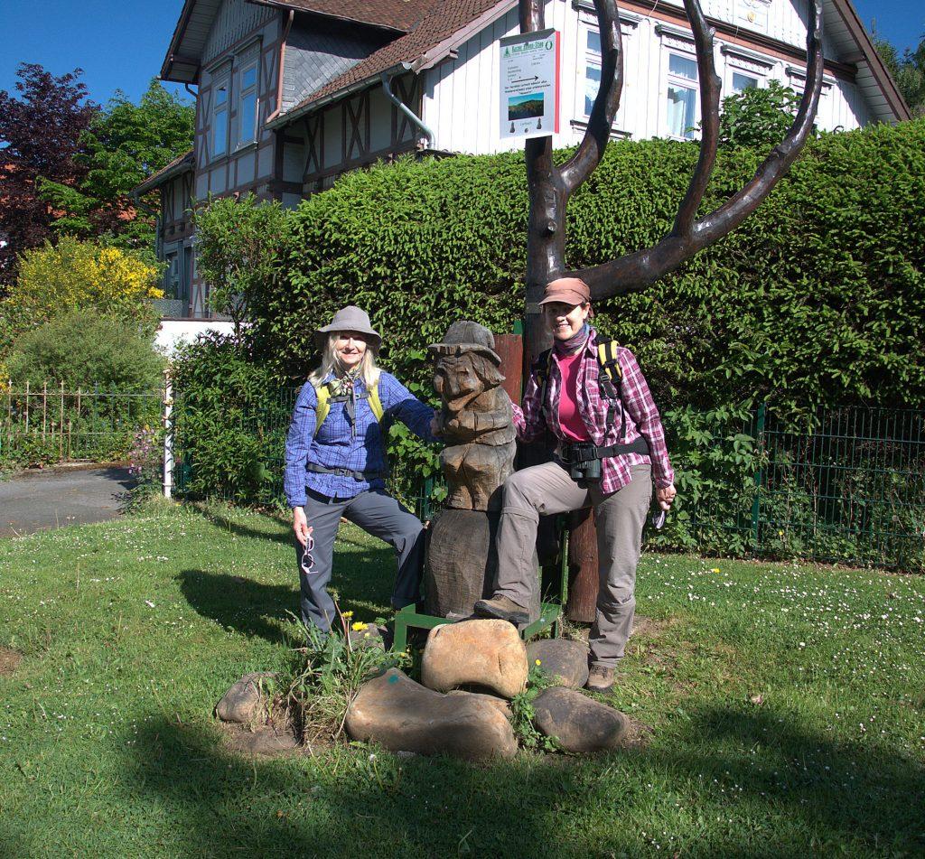 Petra und Seija am Eingang zum Harzer Hexen-Stieg