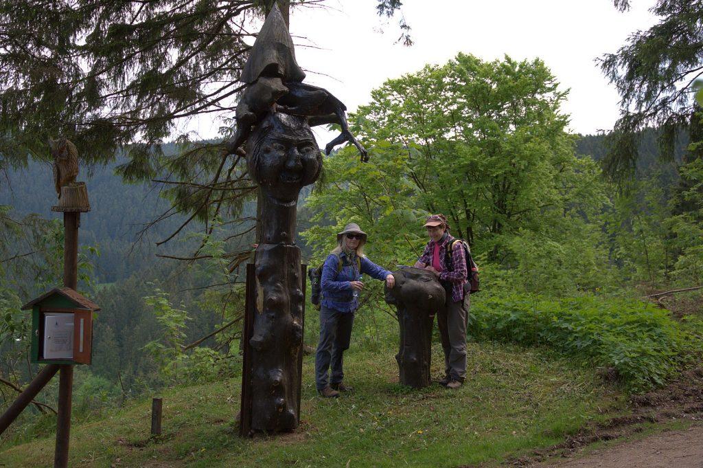 Seija und Petra beim Eintrag ins Wanderbuch